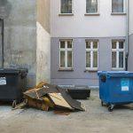 Bałagan na podwórkach jest po prostu porażający. Tu śmieci i rzeczy niepotrzebne wystawia się po prostu na zewnątrz.i