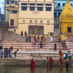 Pielgrzymi schodzą do wody ubrani w różnokolorowe stroje, medytują, modlą się, palą kadzidła, rzucają w wodę ryż i kwiaty, na samym brzegu piorą ubrania.