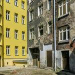 Nowi lokatorzy to ludzie zamożni. 80 metrowe mieszkanie wraz z miejscem lub dwoma miejscami parkingowymi kosztuje tyle, a może nawet więcej niż dom na obrzeżach Wrocławia.